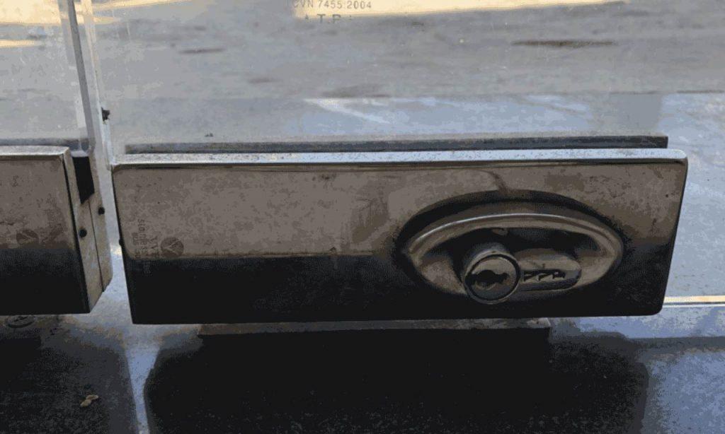 Sửa khóa chân cửa kính Thay khóa chân cửa kính uy tín