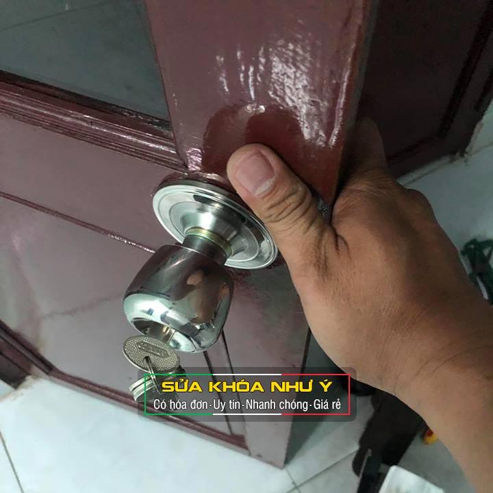 Sửa khóa cửa tay nắm tròn Thay khóa cửa nắm tròn bị khóa trái hư hỏng