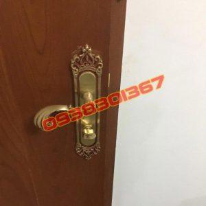 Lắp khóa tay gạt cửa gỗ chung cư màu sắc phong thủy các loại