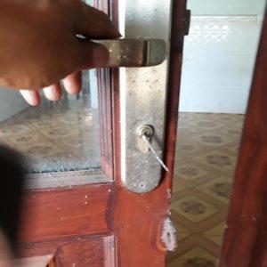 Mở khóa tay gạt cửa sắt nhôm kính 10 phút