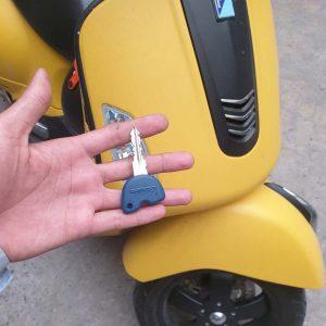 Làm lại chìa khóa xe Vespa tận nơi khi mất hết cả chìa gốc Giá 400K rẻ nhất VN