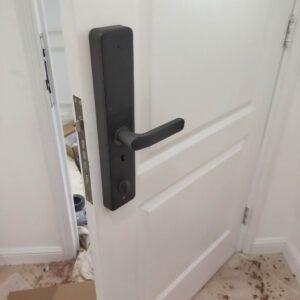 Sửa khóa điện tử cửa gô Lắp khóa vân tay cửa gỗ dễ dàng nhanh chóng